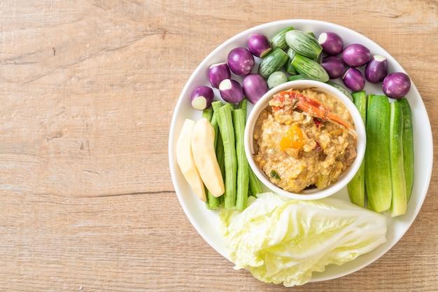 Pâte de chili mijoter avec du crabe ou trempette de crabe et de soja avec du lait de coco et des légumes