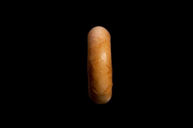 Pâte à choux au blé en forme d'anneau. bagel isolé sur fond noir. photo de haute qualité