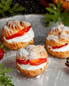 Pâte à choux française à la crème blanche et fraises