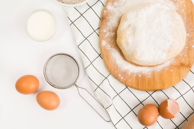 Pâte à cuire non cuite et ingrédient cru sur une surface blanche