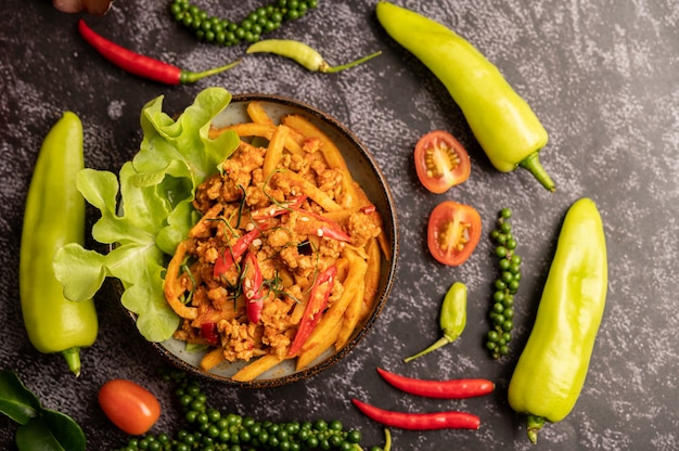 Pâte de curry sautée avec pousses de bambou et porc haché