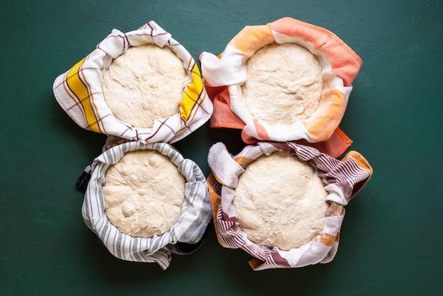 Pâte dans des bols. cuisson du pain étape par étape.