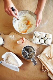 La pâte est en cours de préparation dans le bol