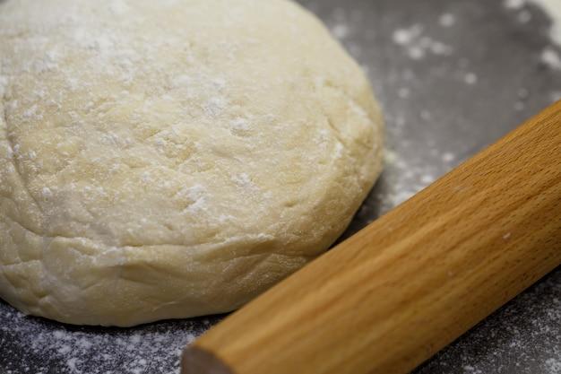 Pâte de farine pour faire des biscuits sur la table de la cuisine