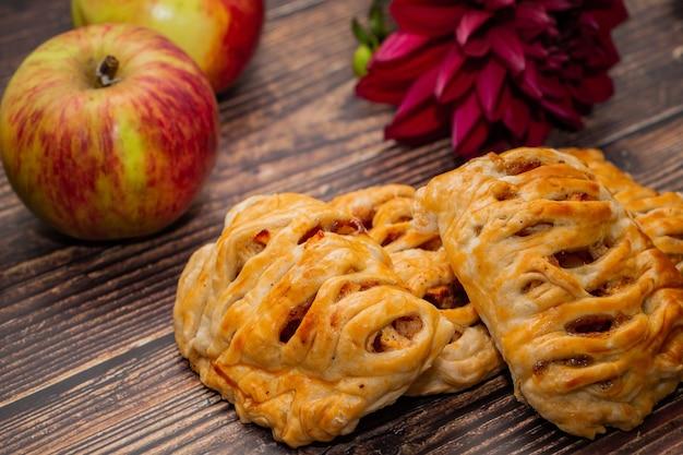Pâte feuilletée aux pommes avec garniture sur bois