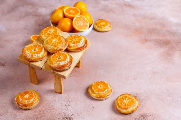 Pâte feuilletée maison avec des tranches de mandarine.