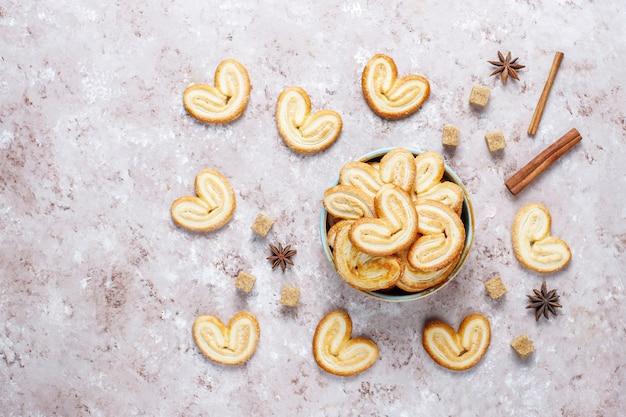 Pâte feuilletée palmier. délicieux cookies palmier français avec du sucre, vue de dessus.