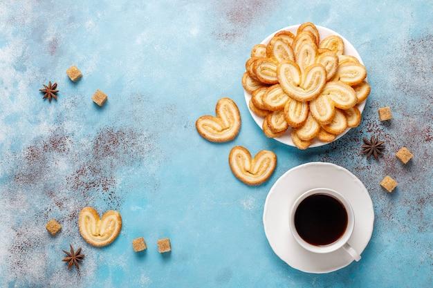 Pâte feuilletée palmier. délicieux cookies palmier français avec du sucre, vue du dessus.