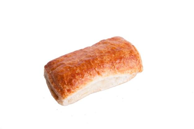 Pâte feuilletée et savoureuse isolée sur fond blanc. snack délicieux