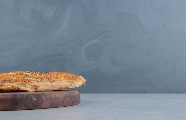 Pâte feuilletée savoureuse sur planche de bois.