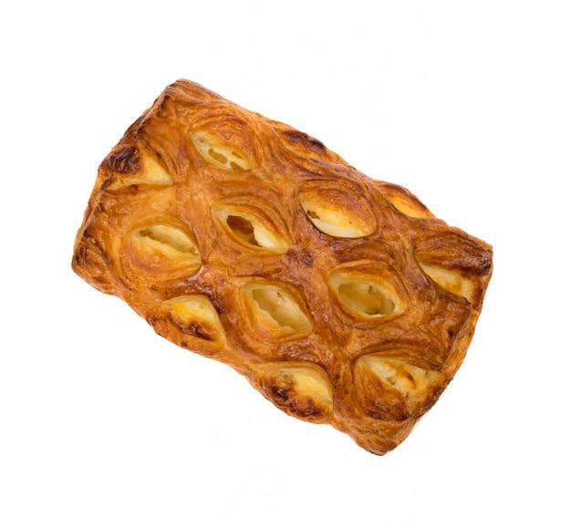 Pâte feuilletée tressée sucrée isolée ou pate feuilletee sur fond blanc vue de dessus. pâte phyllo fraîche avec de la confiture à l'intérieur de près