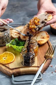 Pâté de foie de canard maison avec confiture d'oignons rouges. apéritifs gourmands, assortiment de bruschettas apéritifs italiens