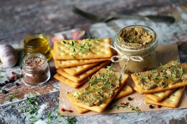 Pâté de foie fait maison. délicieux pâté maison aux épices et herbes. régime céto. la nourriture saine.