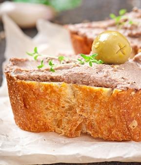 Pâté de foie de poulet de collation de viande fait maison avec salé et olives