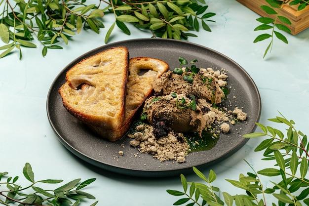Pâté de foie de poulet grillé avec halva et pruneaux