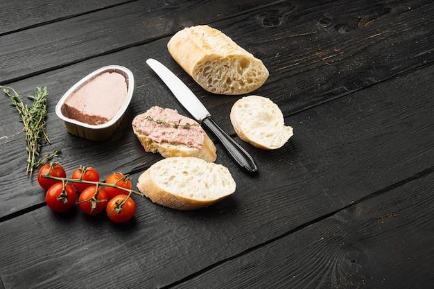 Pâté de foie sur toast, sur fond de table en bois noir, avec espace de copie pour le texte