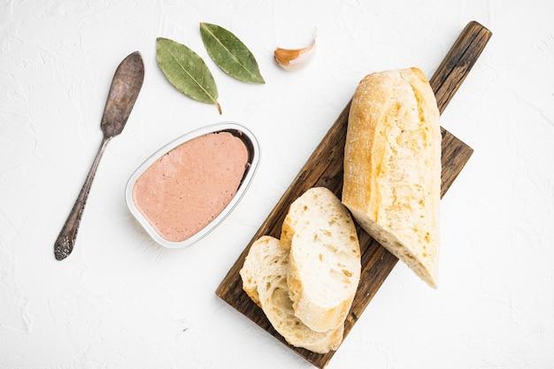 Pâté de foie sur toast, sur fond de table en pierre blanche, vue de dessus à plat
