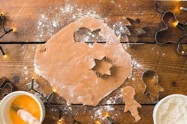 Pâte avec des formes pour les biscuits entre la farine
