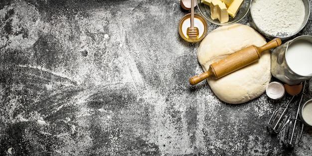 Pâte fraîche avec une variété d'ingrédients sur fond rustique