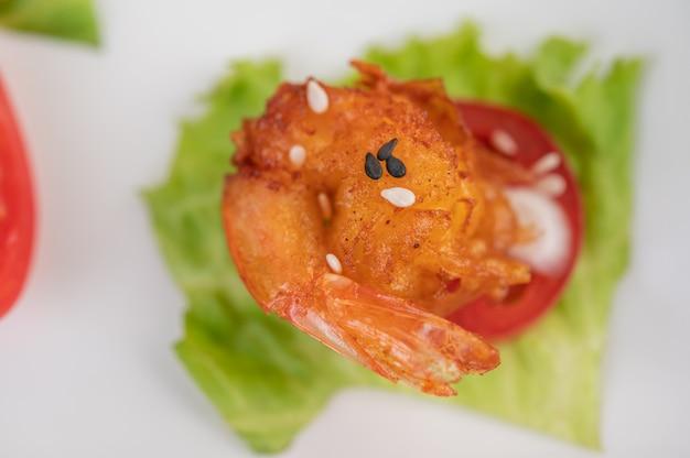 Pâte frite aux crevettes joliment disposée dans un plat blanc.