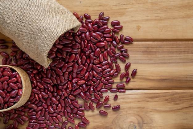 Pâte de haricots rouges sur un plancher de bois brun.