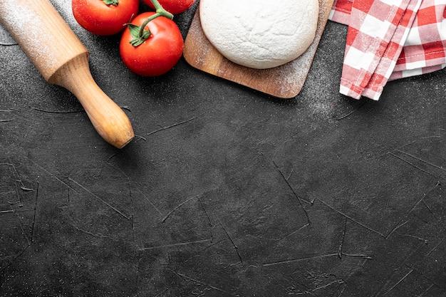 Pâte et légumes pour pizza avec copie-espace