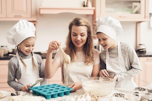 Pâte liquide de cuisson domestique dans le moule à cupcakes.