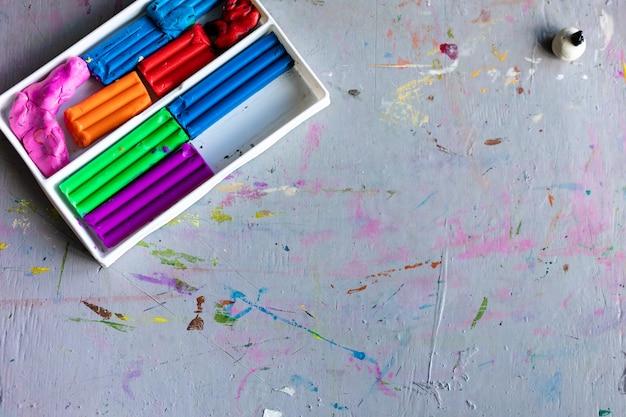 Pâte à modeler d'argile légère colorée pour la créativité des enfants et un outil pour faire de la boue à la main sur fond en bois. mise au point sélective, enfance, concept de créativité