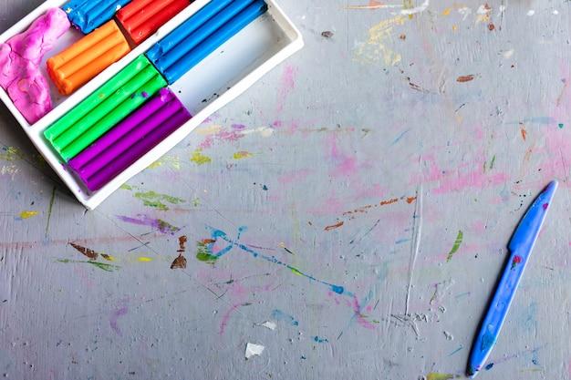 Pâte à modeler d'argile légère colorée pour les enfants