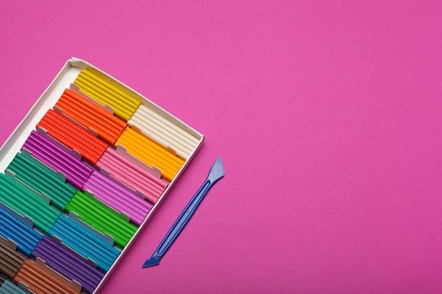 Pâte à modeler colorée à mouler dans une boîte. studio photo