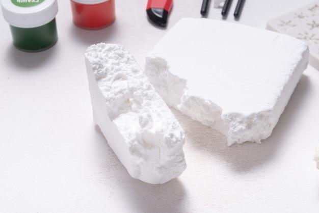 Pâte molle à modeler blanche pour passe-temps et artisanat, sur table en bois