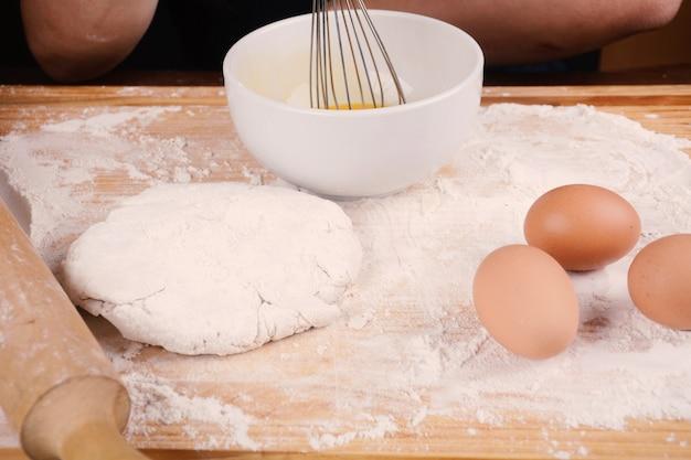 Une pâte, des œufs et un bol.