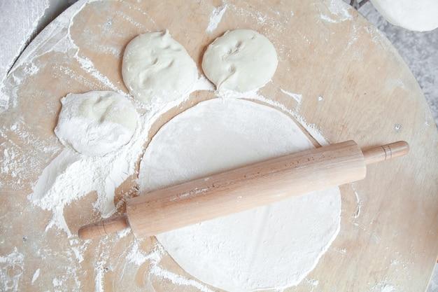 Pâte à pain arménienne avec rouleau à pâtisserie sur table alimentation saine