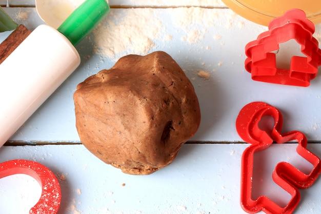 Pâte de pain d'épice de noël pour des gâteaux faits maison sur un fond en bois clair style rustique flou sélectif