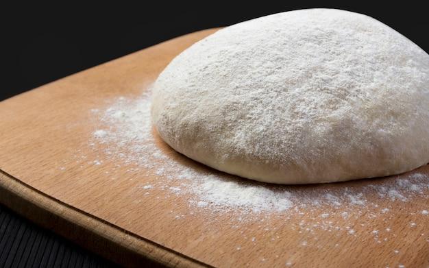 Pâte à pain sur planche de bois