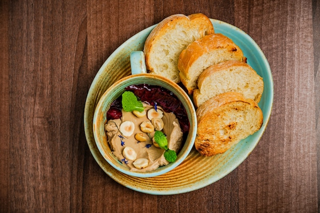 Pâte ou pâté de poulet avec betteraves cuites et noix, servi avec pain grillé