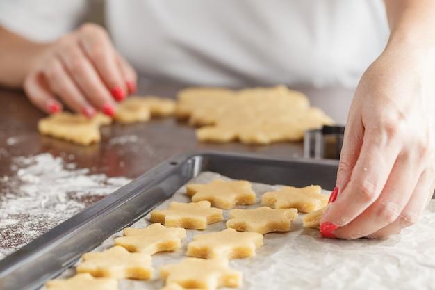 Pâte à pâtisserie de noël, emporte-pièces, épices et noix.