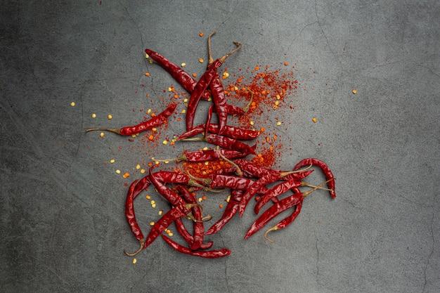 Pâte de piment rouge sur fond noir.