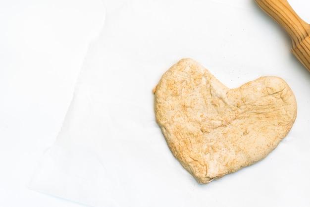 Pâte à pizza de la saint-valentin à la main