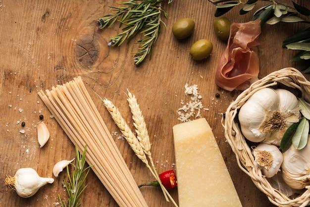 Pâte plate poser des ingrédients sur la table