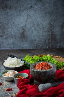 Pâte de porc croustillante mélangée à de beaux ingrédients décoratifs, cuisine thaïlandaise.