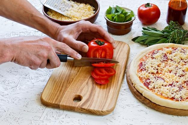 Pâte. le processus de fabrication de la pizza. ingrédients pour pizza