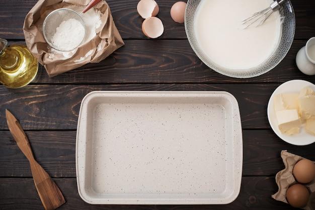 Pâte et produits pour sa préparation sur table en bois foncé