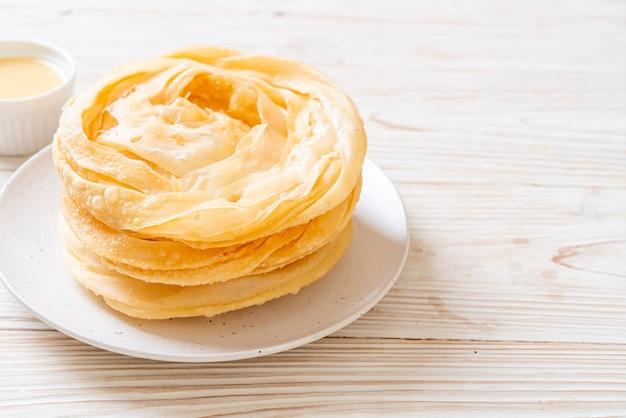 Pâte de roti croustillante frite avec lait concentré sucré