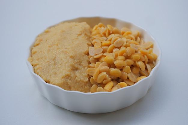 Pâte de soja salée dans un bol