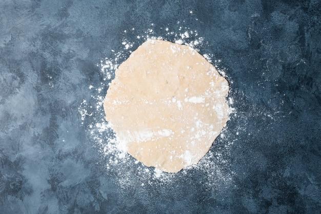 Pâte sur une table