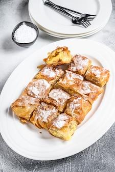 Pâte à tarte bougatsa avec crème de semoule sur une assiette.