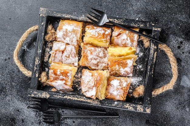 Pâte à tarte bougatsa tranchée avec crème à la semoule.