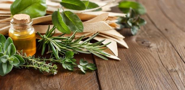 Pâtes artisanales de blé entier, huile d'olive et herbes sur la vieille table en bois close up with copy space
