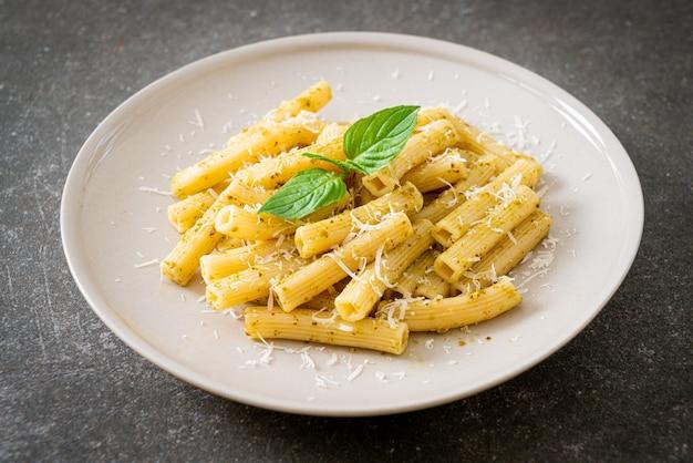 Pâtes au pesto rigatoni au parmesan - cuisine italienne et style de cuisine végétarienne